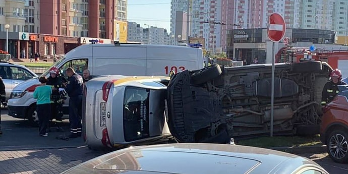 В Каменной Горке в итоге ДТП опрокинулось две машины. Публикуем видео момента аварии(видео)