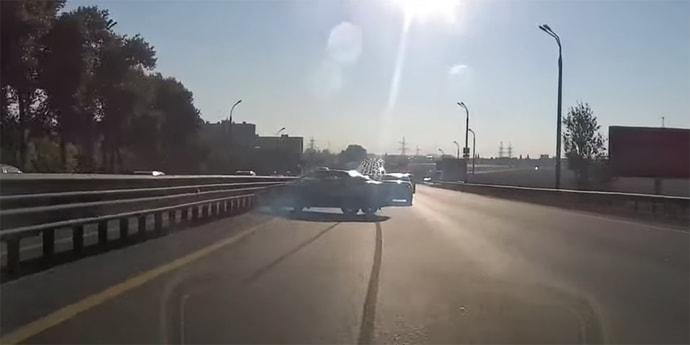 Audi развернуло в крайнем левом ряду МКАД. Но аварии удалось избежать(видео)
