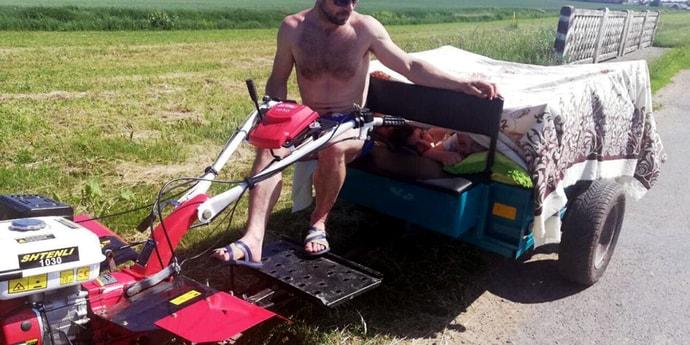 Отец перевозил в прицепе мотоблока троих детей, укрытых