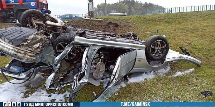 «Машина просто уничтожена». На МКАД BMW врезался в столб и перевернулся(видео, дополнено)