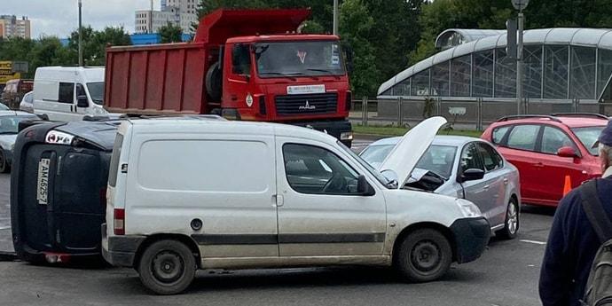 Авария на въезде в Минск: на Партизанском проспекте растет пробка. Появилось видео