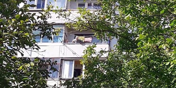 Рогачевский пенсионер сбрасывал на детей бутылки с водой. Говорит, шумели и мешали пить пиво