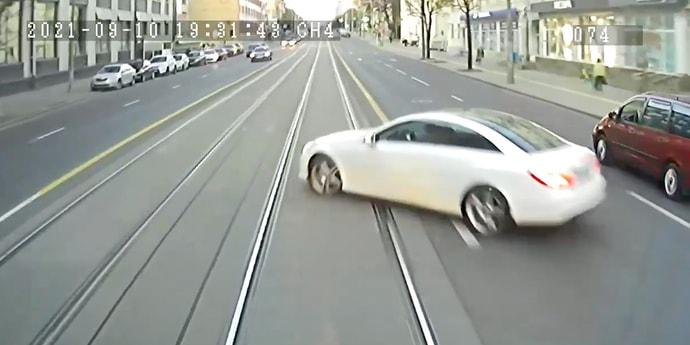 Девушка на Mercedes не уступила дорогу трамваю. Но как она это сделала!(видео)