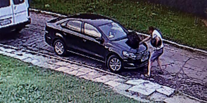 Мужчина ударил Volkswagen сумкой, очевидцев просят откликнуться(видео)