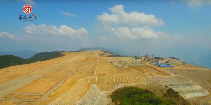 Видеофакт: китайцы взорвали верхушку горы, чтобы построить аэропорт на высоте 1800 метров над уровнем моря (видео, 2 фото)