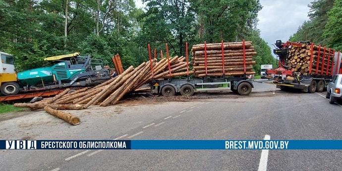 Под Пружанами лесовоз столкнулся с автопоездом, перевозившим асфальтоукладчик