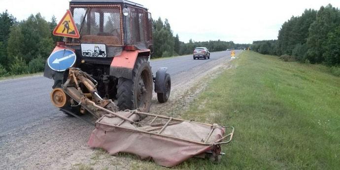 «Камень из-под косилки убить может». Водители жалуются на летящий в проезжающие машины щебень на трассах