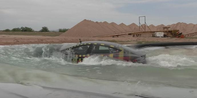 Что будет, если заехать на Tesla Model S в воду? Необычный тест-драйв