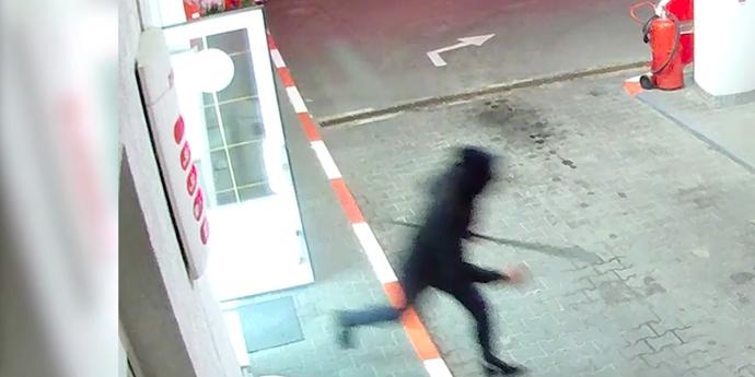 Парень в капюшоне ограбил заправку, угрожая продавщицам металлической трубой