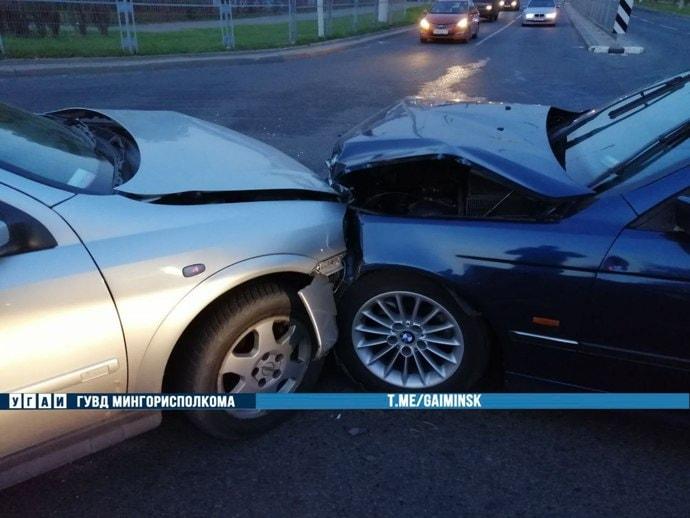 При повороте налево Opel не уступил дорогу встречному BMW. Одному из водителей потребовалась медицинская помощь