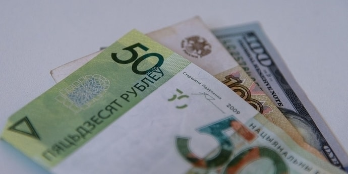 Курсы валют: на старте торгов российский рубль снова падает