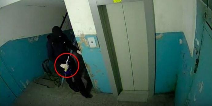 Мужчина замуровал соседа в квартире из-за чересчур громкой музыки (видео)