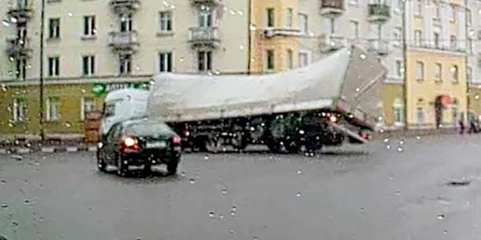 На перекрестке в Витебске опрокинулась фура. Появились видео ДТП и комментарий водителя(видео, дополнено)