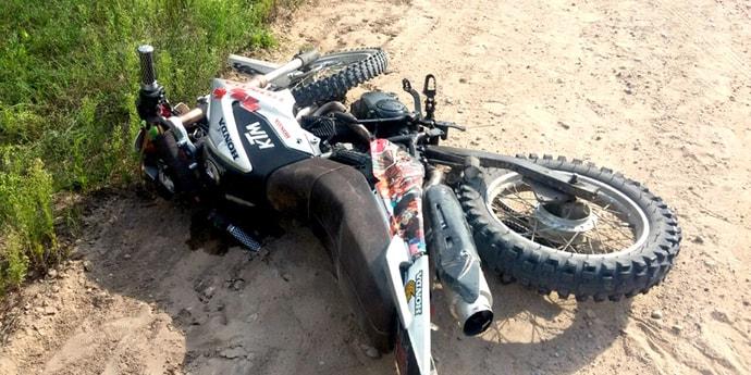 Пьяный мотоциклист не справился с управлением на гравийке, с травмой головы он госпитализирован