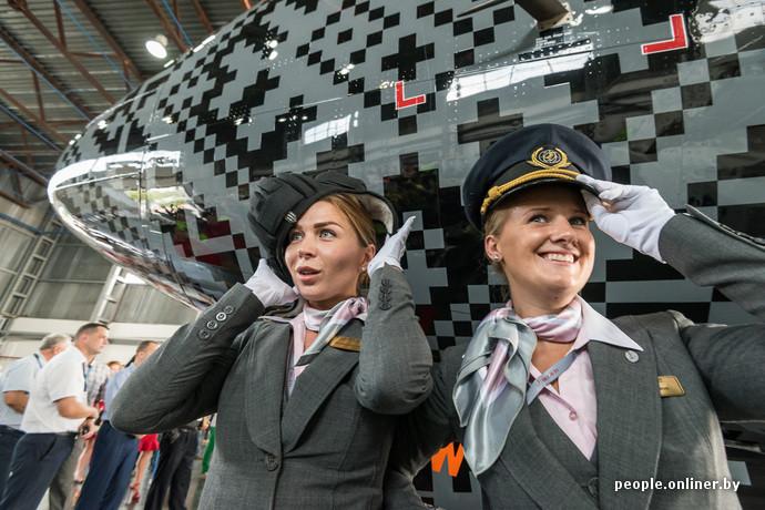 hôtesses de l'air biélorusse près du nouvel avion belavia