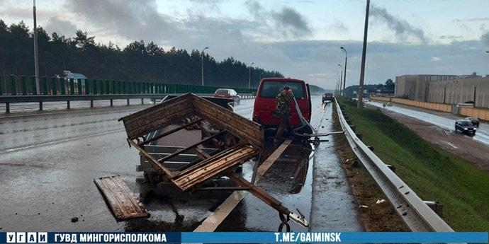 На МКАД пьяный водитель Skoda протаранил микроавтобус с прицепом