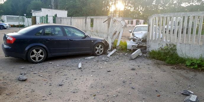 Автомобиль врезался в забор, когда его буксировали на гибкой сцепке. Пояснения водителя