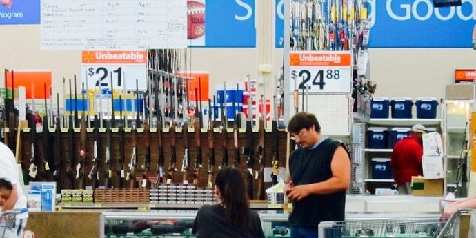 После стрельбы магазин в США убрал рекламу жестоких игр, но продолжает продавать оружие