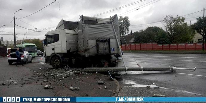 На Денисовской развернуло автопоезд, он снес световую опору(видео)
