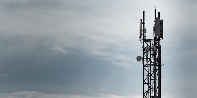 «Они служат сатане»: пожилая москвичка «прокляла» монтажников за установку 5G-вышки