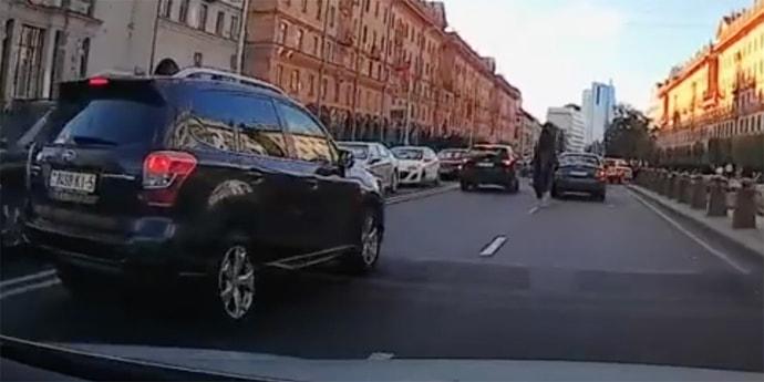 В центре Минска мотоциклист врезался в авто и перевернулся через голову вместе с байком(видео)