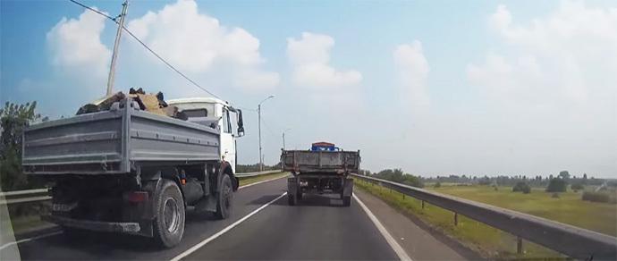 «Я в КАМАЗе, мне все можно». Водители Бобруйска засняли грузовик, летящий по встречке