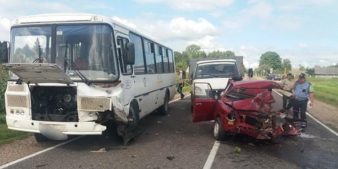 Пенсионер на «Жигулях» попал под встречный автобус, выходя из закругления дороги