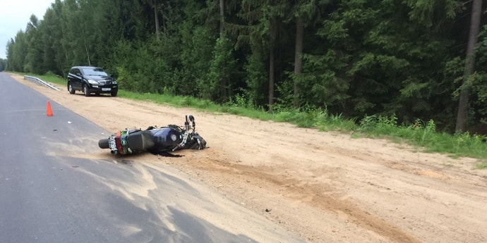 Мотоциклист сбил двух женщин на дороге между Полоцком и Новополоцком, все трое в больнице