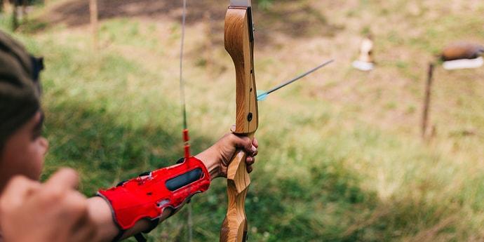 Мужики стреляли из лука по мишеням, и один попал другому стрелой в шею