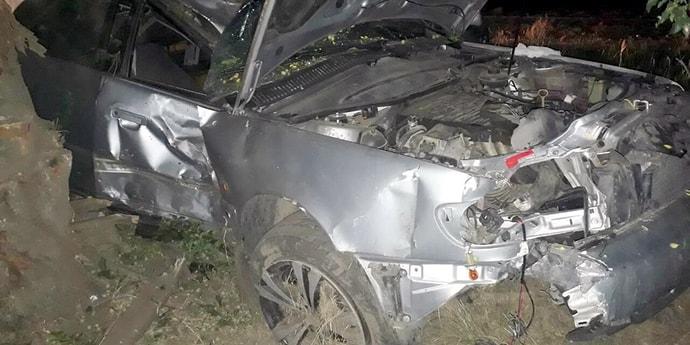 Не справился с управлением, протаранил забор и дерево: водитель Audi A6 доставлен в реанимацию после ДТП