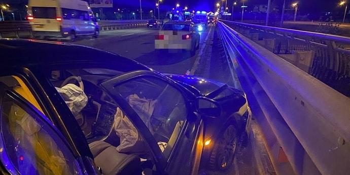 BMW сбила мотоциклиста на МКАД. Следом на байк наехала Volvo