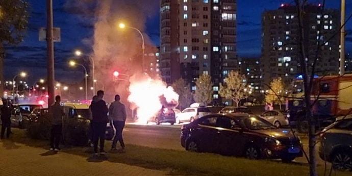 «Мгновенно повыбегали с огнетушителями». В Минске на дороге загорелась машина(видео)