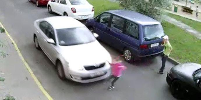В минском дворе сбили девочку, ее увезли в больницу(видео)