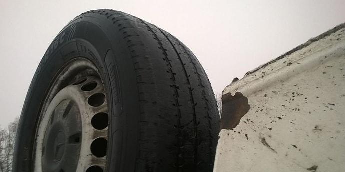 Изношенные шины и резкие приемы управления автомобилем привели к ДТП — погибла мать водителя