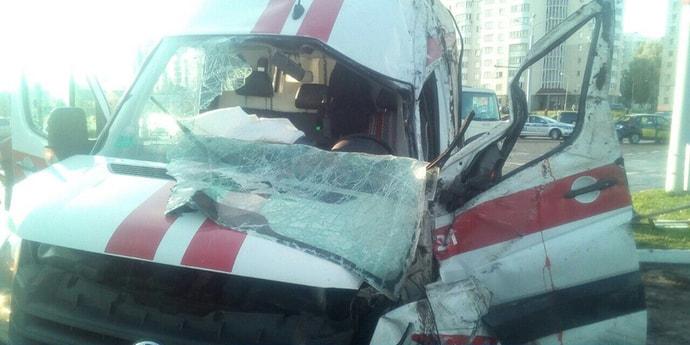 В Витебске столкнулись легковушка и машина скорой помощи. Спецавтомобиль опрокинулся на бок