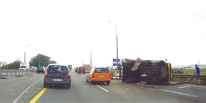 Перевернувшийся на МКАД грузовик вызвал большой затор. Появилось видео момента ДТП (видео, обновлено)