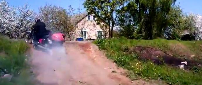 Видеофакт: мотоджимхана по белорусским полям от «бесправника», уходившего от погони ГАИ