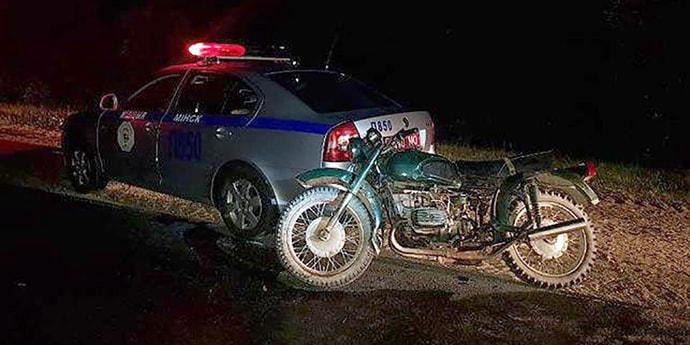 Пьяный школьник на мотоцикле врезался в машину ГАИ. К ответственности привлекут его маму
