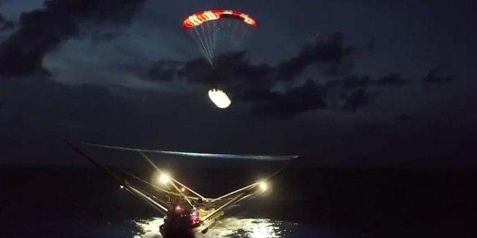 Посмотрите, как SpaceX ловит головной обтекатель своей ракеты