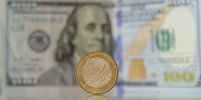Белорусский рубль крепчает ко всем трем валютам