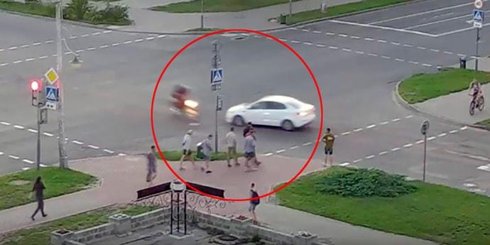 Опасная ситуация на перекрестке: едва не столкнулись автомобиль и мотоцикл
