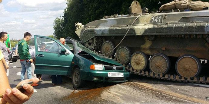 БМП раздавила легковой автомобиль на выезде из Гродно (видео)