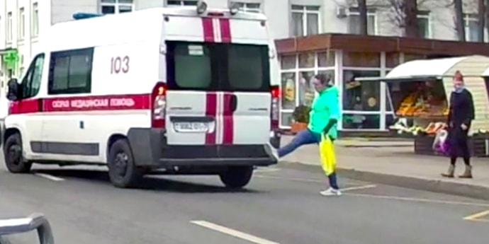 Она действительно хотела пнуть машину скорой помощи?