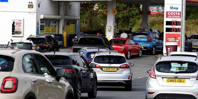 «Выстраиваются очереди, как у нас когда-то в обменники». В Британии дефицит топлива на АЗС(видео, дополнено)