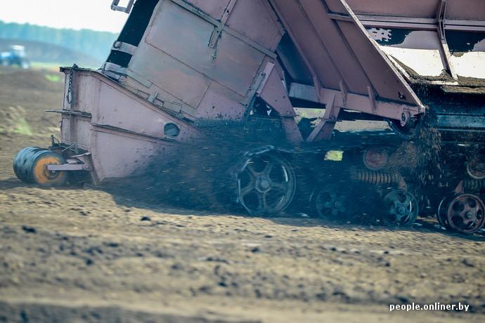 Жаркая, мокрая, пыльная. Как это делается: репортаж о работе настоящего торфяника