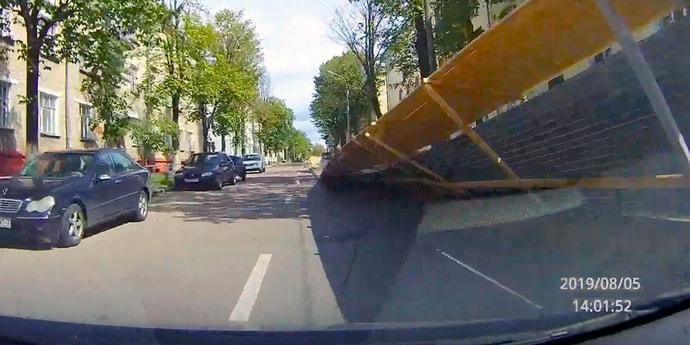 Забор устал, но водитель сориентировался. Происшествие на тихой минской улочке(видео, дополнено)