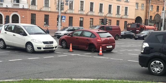 Пробка на перекрестке проспекта Независимости и улицы Сурганова: у Citroen отвалилось колесо(дополнено)