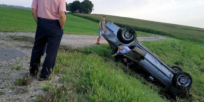 «Говорил, очень жаль, что разбил такую малышку»: BMW на глазах у очевидцев улетела с трассы и перевернулась