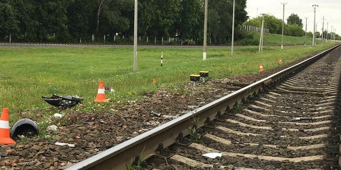15-летний школьник на скутере попал под грузовой поезд