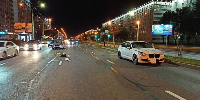 Пешеход решил перебежать столичный проспект на красный и попал под BMW